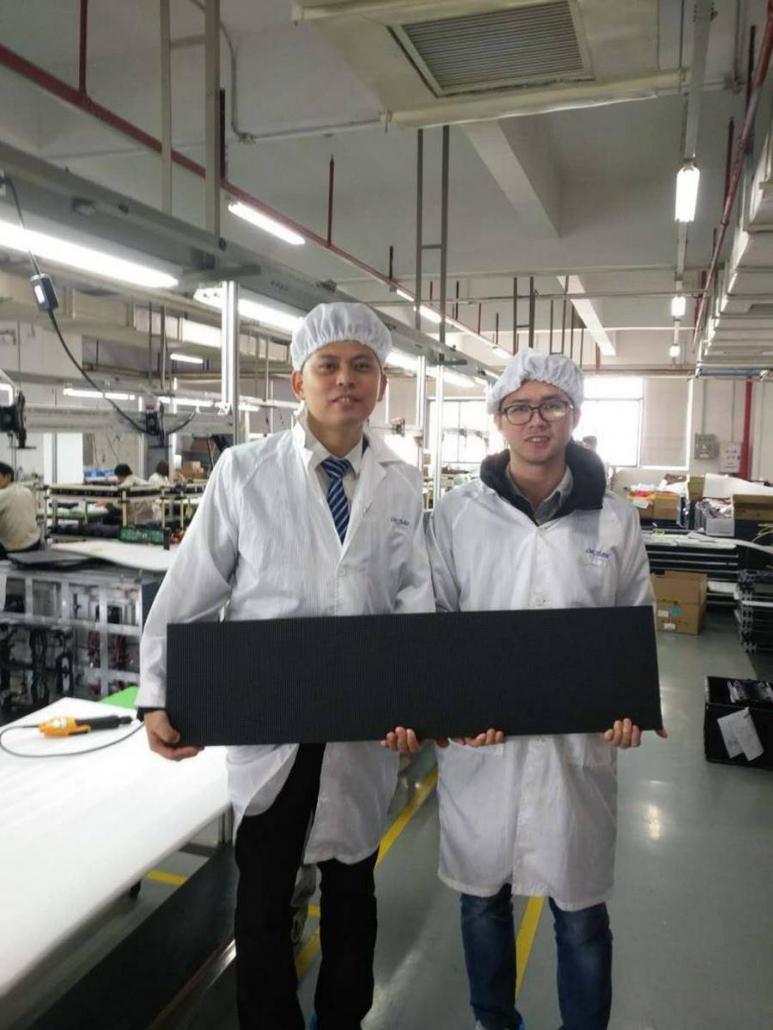Jim vom Werk in China zeigt ein fertiges Element.